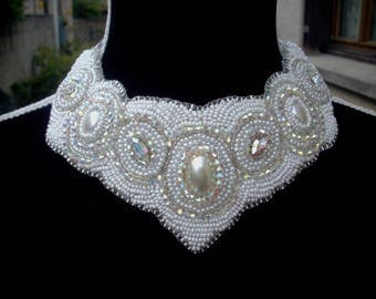 Plated necklace embroidered with multitudes of pearls of rockery and crystal