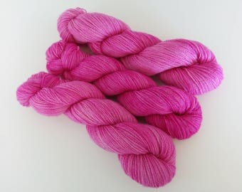 100g Pink is cool Fabulous Four base: a blend of British Alpaca, Masham, Romney lambswool + Bluefaced Leicester. Fingering weight 2ply