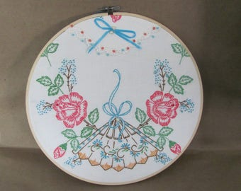 Vintage Handmade Flower Embroidery, 1980's Flower Embroidery in Hoop Wall Hanging, Cottage Decor, Mid Century Home Decor