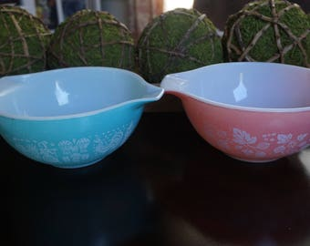 Vintage, Set of Two 1 1/2 Quart Gooseberry and Cinderella Nesting Bowls