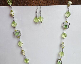 Beautiful green and silver toned metal necklace and earring set