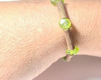 Bracelet élastique avec des perles de noisetier et chips de Peridot