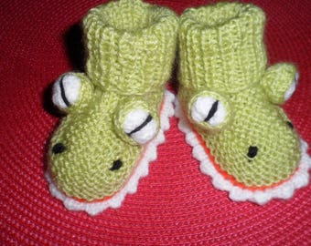 """Crocodile"" (size 0-3 months) baby booties"