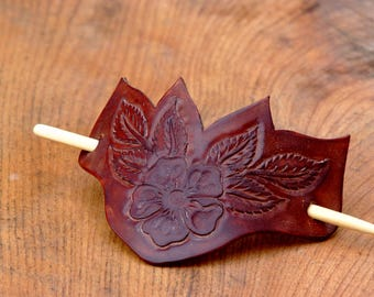 roses and leaves leather engraved hair clip, Barrettes-stick, bamboo stick, brown. Fermacapelli in cuoio.