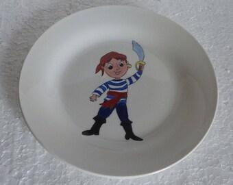 Assiettes en porcelaine décorée à la main d'un pirate ou d'un capitaine