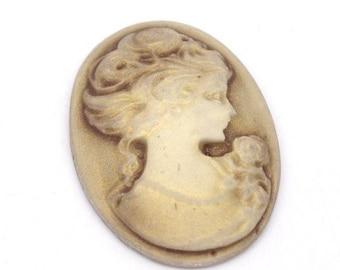 camée en résine représentant une tête de femme