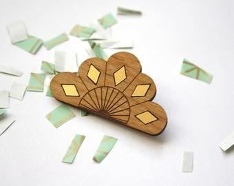 Broche géométrique bois, fleur art déco, accessoire moderne, bijou graphique, motifs losanges dorés, design fabrication artisanale française