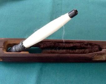 Ein Antikes Holz Textilfabrik Weben Shuttle. Schwere Dunkle Holz Und Messing  Spule. Ursprüngliche Seide