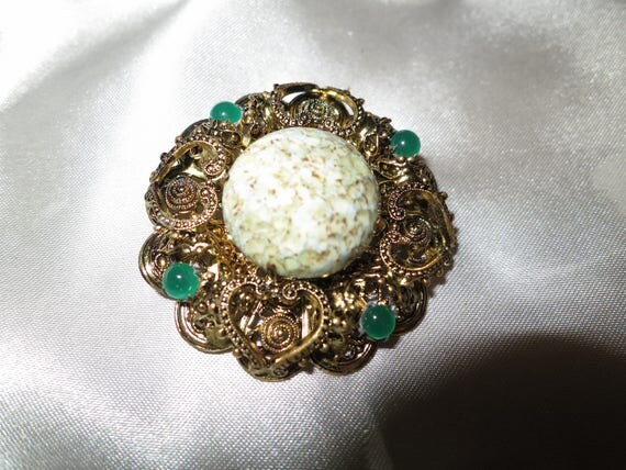 Lovely vintage gold metal emerald glass and agate brooch