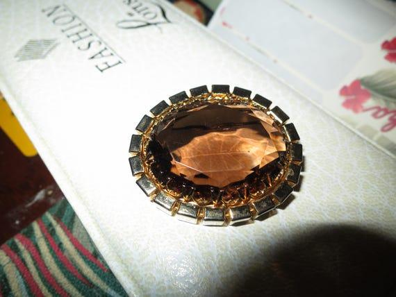Delightful vintage goldtone  topaz glass  brooch