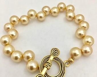 Knotted pearls bracelet, pearls bracelet with toggle, beaded bracelet with antique gold toggle, handmade bracelet, one of a kind bracelet