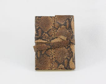 Notebook in brown leather with leather strap for winding in the cool reptile look
