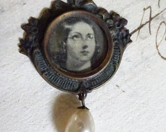 BEAUTIFUL Queen Victoria Portrait Pendant