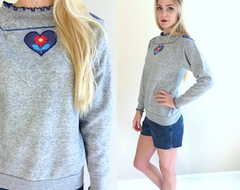 vtg 80s heathered gray HEART+FLOWER kitschy SWEATSHIRT Small novelty print cozy grandma jumper sweater retro top indie