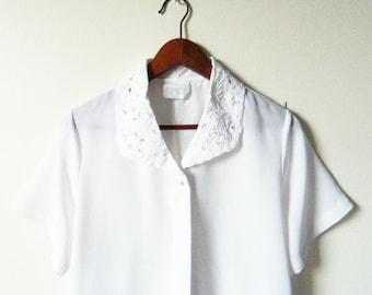 Delicate Lace Collar Blouse / Vintage Crisp White Top with Lace Collar / Floral Lace Blouse