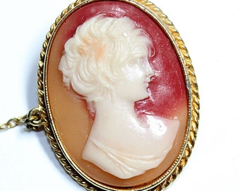 Sphinx Faux Cameo Resin Gold Coloured Vintage Brooch (c1960s)