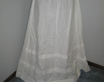Beautiful Antique Edwardian Walking Skirt / circa 1900s Skirt / Edwardian Skirt/ Crisp Linen-Cotton / Edwardian Bridal Wedding Skirt