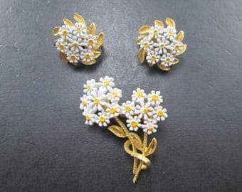 Vintage Gold Tone White & Yellow Daisy Flower Brooch Pin with Matching Cluster Clip On Earrings Set 70s
