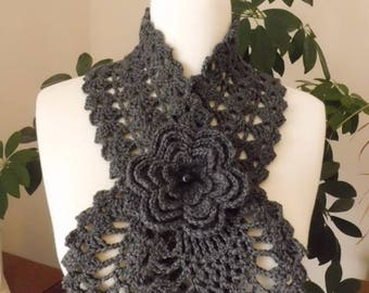 Scarf in light gray, decorated with a brooch flower!