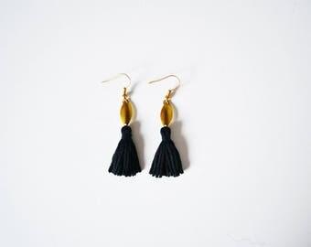 Boucles d'oreilles pompons noirs dorées originales femme, boucles d'oreilles noires fantaisies ethniques, boucles d'oreilles boho chic