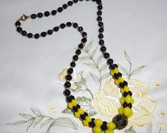 A Beatutiful Vintage Art Deco Czech Sunshine Yellow & Black Interlocking Bead Necklace
