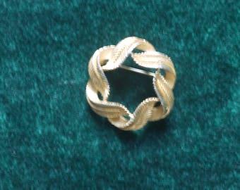 Round gold coloured leaf design brooch