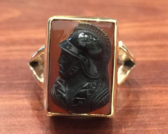 An Antique Hardstone Cameo Ring in 9K Yellow Gold