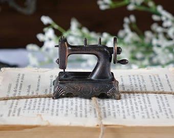 Vintage pencil sharpener - Play Me - Miniature - Sewing machine - Metal  pencil sharpener - Collectible