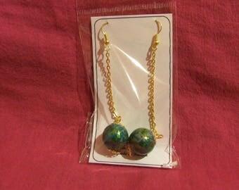 1 pair of earrings in golden metal globe