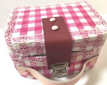 Mini valise-vintage-carton-cartonnage-handmade-vichy-rouge-cuir-rose-idee cadeau-fille-naissance-anniversaire-noel-personnalisation