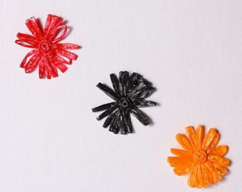 Fleurs à appliquer, 75mm, polypropylène, style raphia, rouge, noir, orange (5721)