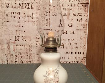 Vintage floral painted oil lamp. Measurements can be sen in the picture.