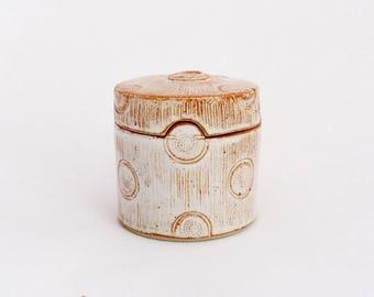 Boîte droite, lignes et points, grès émaillé blanc
