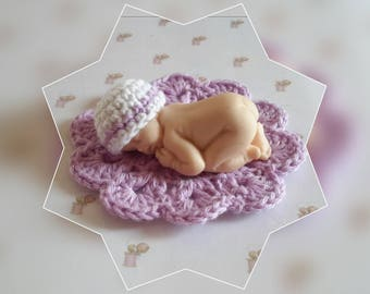 Miniature hat and his carpet coordinated white and lilac color Fimo baby