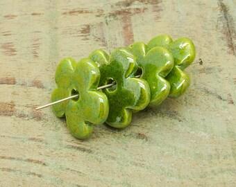 ceramic beads x 4 flower shaped Green iridescent 26mm