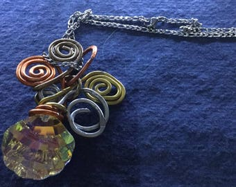 Ciondolo wire in alluminio vari colori con conchiglia swarvski aurora boreale