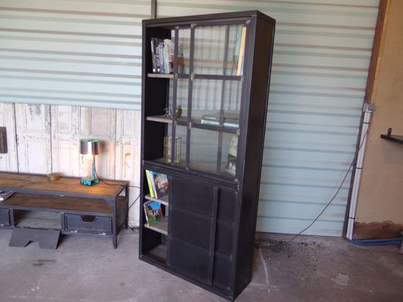 Meuble bibliothèque en acier et bois brut de style industriel