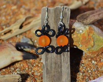 Earrings made of aluminum wire and bead black and orange