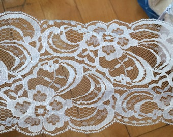 White lace tulle of 8.5 cm in width has sewing