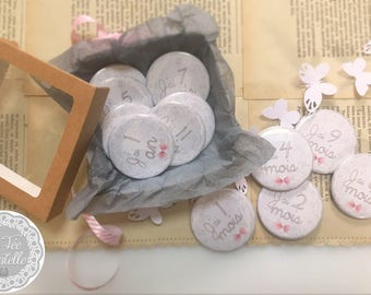 Set of 12 badges to photograph baby is born