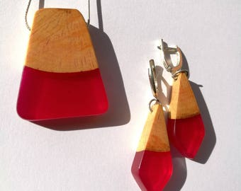 An exquisite resin&wood necklace and earrings, made from Cherry wood and Pink resin, handmade work