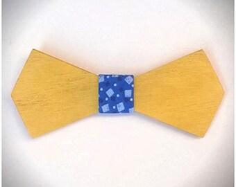 L'ASTRONAUTE. Nœud papillon en bois de buis, revêtu d'un tissu coton bleu aux motifs géométriques. Pour Homme. Cadeau pour papa.