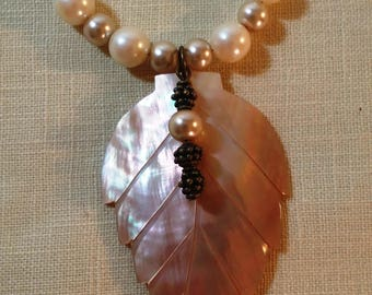 Glass pearl necklace with leaf shell pendant and earrings
