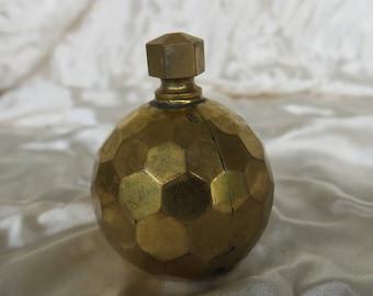 ancien petit flacon à parfum en métal doré comme une dinanderie, old small perfume bottle in gilded metal like a brassware,