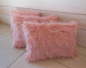 coussin fausse fourrure  rose pâle