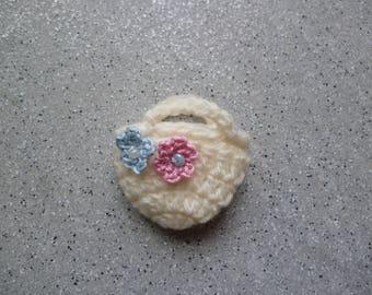 Miniature crochet bag in wool ecru adorned with two flowers