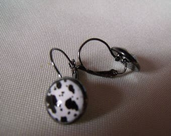 LIQUIDATION 12mm cabochon earrings in white and black glass