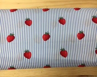 Tissu de coton imprimé fraises fond blanc rayures bleu clair 150 cm largeur