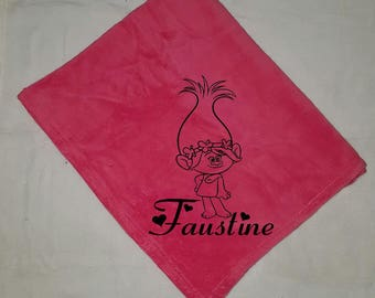 Cover baby pink fleece customized with a name + Poppy velvet flocking.