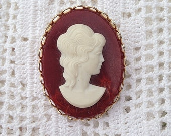 Cameo Brooch in Gold Cabochon